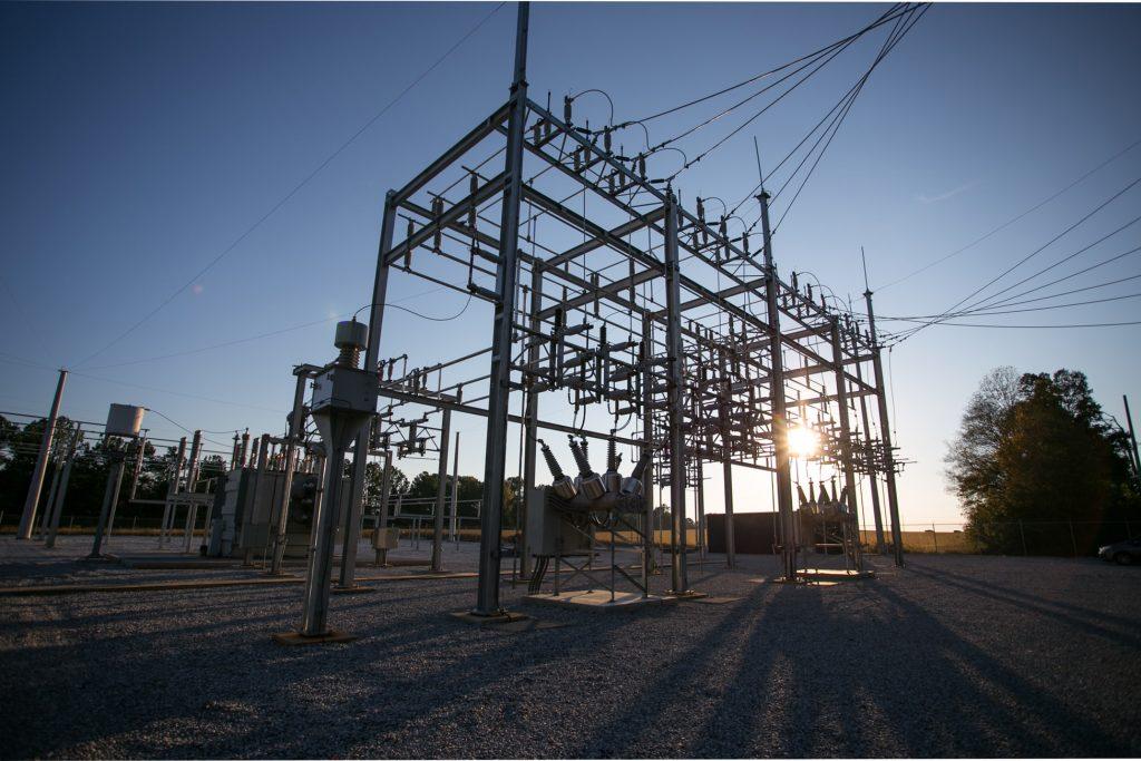 Distribution de l'énergie électrique : en bureau d'études, réalisation et mise en service sur site des installations électriques HT/BT et automatismes.