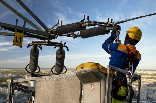 Ingénieur électrique répare un réseau électrique sur une élévateur