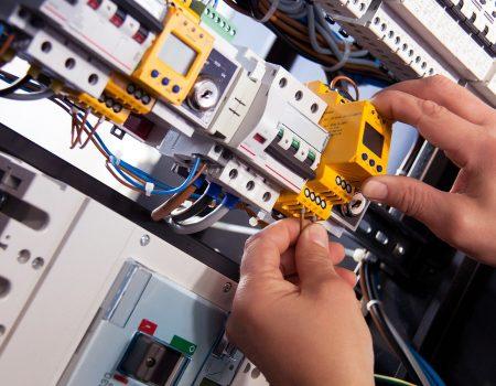 Montage d'installations électriques sur site